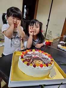 アンパンマンのキャラクター達と似顔絵のケーキ