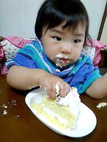 1歳誕生日、似顔絵ケーキを食べる