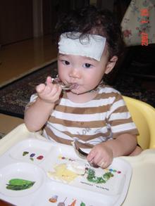 1歳誕生日、猫とお子様の似顔絵ケーキを食べる