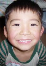 ケーキで笑顔の子供