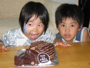 カブトムシの立体ケーキ