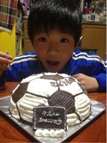 サッカーボールの立体ケーキ、誕生日・バースデーケーキに大盛り上がりのキャラクター・似顔絵ケーキのキャラケーキ.com