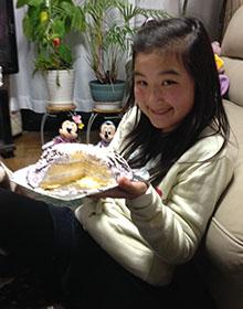 バレエのチュチュの立体ケーキを食べる