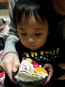 ワンワンのキャラクターケーキを食べる