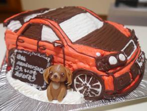 犬のマスコットつき、車の立体ケーキ