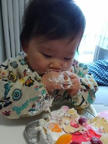 手づかみでケーキを食べる