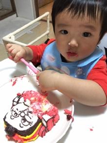 きかんしゃトーマスのキャラクター立体ケーキを食べる