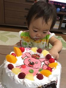 豆乳クリームのキャラクターケーキを食べる