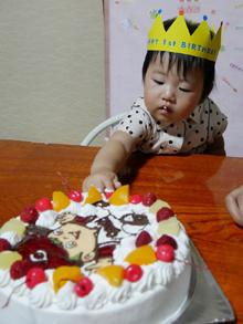 カープ坊やのキャラクターケーキを食べる