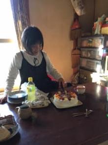キャラクターケーキを食べる