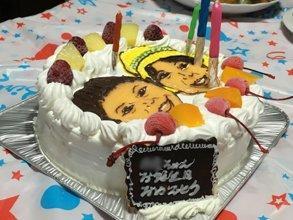 ふたりの似顔絵ケーキにロウソク