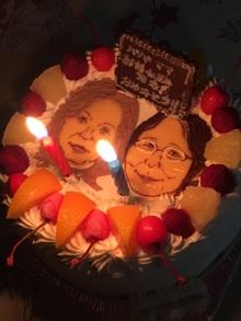 二人の似顔絵ケーキにろうそく
