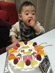1歳のお誕生日、ガラピコのキャラクターケーキを食べる