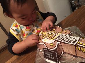 ギターの立体ケーキを食べる
