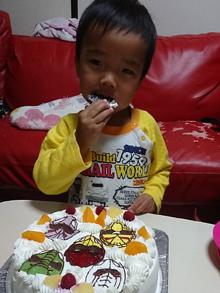 ジュウオウジャーのキャラクターケーキを食べる