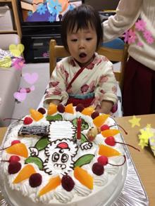 いないいないばぁのワンワンのキャラクターケーキに驚く