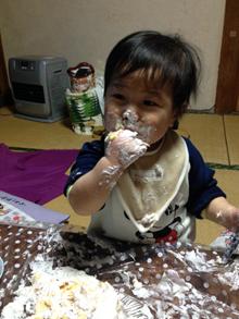 誕生日、似顔絵ケーキを食べる