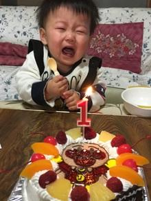 1歳の誕生日、アンパンマンのキャラクターケーキと数字ろうそく