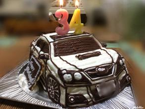 誕生日、サンルーフ付き車の立体ケーキ