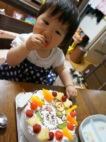いないいないばぁのワンワンとうーたんのキャラクターケーキを食べる