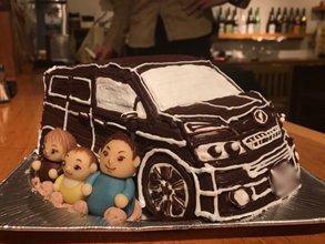結婚記念日、マスコット付き車の立体ケーキ