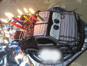 楽しい誕生日祝いとなりました。(車の立体ケーキ)(乗物立体ケーキ)
