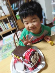機関車トーマスの立体ケ−キ、ご家族のお誕生日