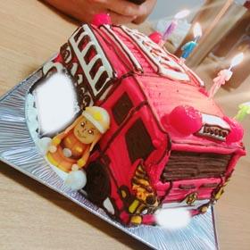 消防車のマスコット付き立体ケーキ、恋人のお誕生日ケーキ