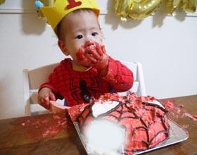 スパイダーマンの顔型立体ケーキ、スマッシュケーキ、お子様の1歳のお誕生日