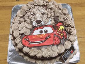 カーズのライトニングマックイーンとペットの犬のイラストケーキ