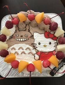 トトロとキティちゃんのイラストを描いた生クリームとチョコクリームのハーフケーキ