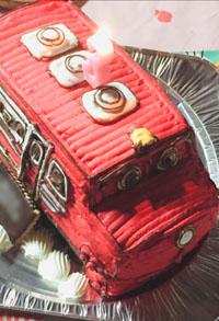 3歳のバースデーも思い出に残る物になりました。(チャギントン の立体ケーキ)(乗物立体ケーキ)