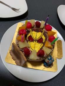仮面ライダーのマスコット人形付きケーキ