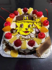 トラッキーのマスコット人形付きのケーキ