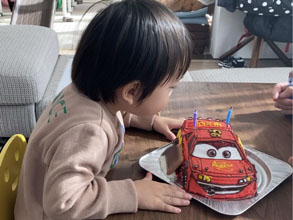 ケーキをみた瞬間、 ぴょんこぴょんこと飛び跳ねて 大喜びした息子が見れました!(マックイーンの立体ケーキ)(乗物立体ケーキ)