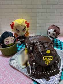 開けてみると想像をはるかに超えたケーキが現れて、 見惚れてしまいました。(鬼滅の刃・無限列車の立体ケーキ)(乗物立体ケーキ)