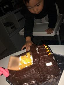 息子も見た瞬間とても喜んで バクバク食べておりました(^-^)(ダンプトラックの立体ケーキ)(乗物立体ケーキ)