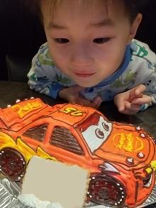 息子も大好きなカーズケーキに大喜び(*^-^*)(カーズ マックイーンの立体ケーキ)(乗物立体ケーキ)