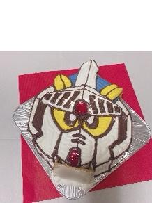 ガンダムの顔型立体ケーキ